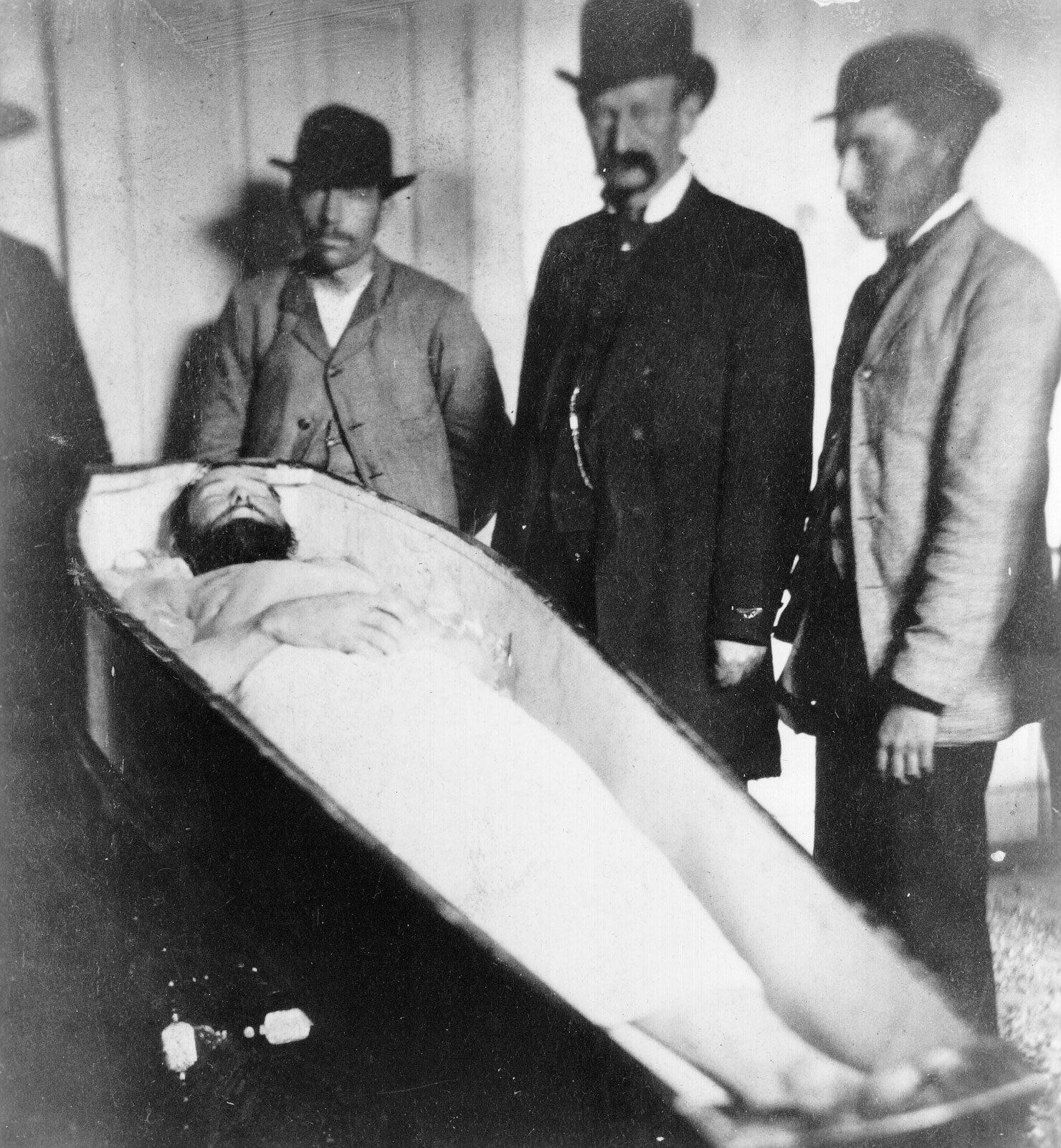 Il corpo privo di vita di Jesse James in una foto dell'epoca